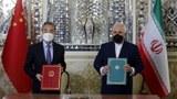 王毅访问中东6国,与伊朗外长扎里夫(Mohammad Zarif,图右)签署《中伊全面合作计划》寻求战略突围。