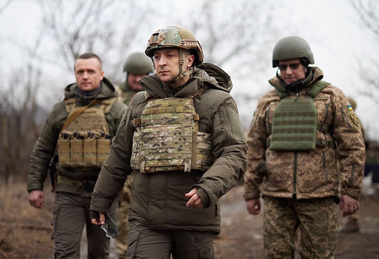 烏東頓巴斯地區(Donbas)衝突升高,烏克蘭總統澤連斯基(Volodymyr Zelenskiy,圖中)趕往視察。(AP)