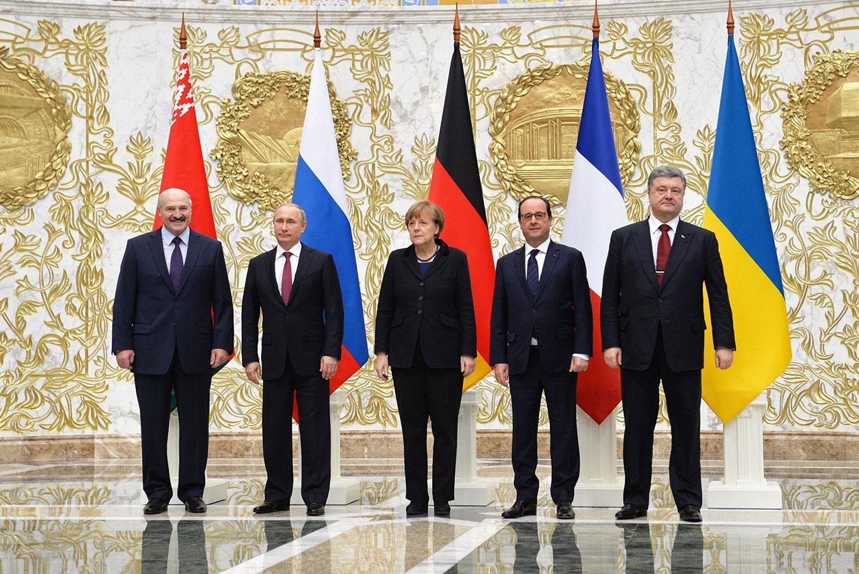 俄羅斯、德國、法國和烏克蘭領導人(由左二向右算起)2015年2月簽署《新明斯克協議》(Minsk Protocol II)促成停火。但協議未被遵守。左一爲白俄羅斯領導人。(維基百科)