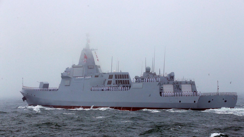 """2019年4月22日,中国解放军在山东青岛举行一连串活动,庆祝海军成立70周年。图为号称中国第一艘万吨级驱逐舰的""""南昌号""""的首次亮相。(路透社)"""