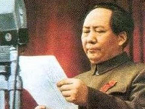 """毛泽东""""北平方式""""的统一模式重新提起,以内应和军事压力使台湾屈服。图为1949年毛在开国大典。"""