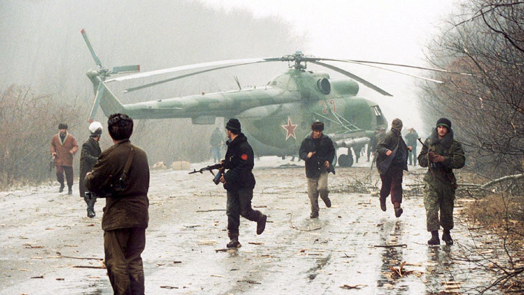1994年第一次車臣戰爭是混合戰經典戰例。圖爲車臣戰士俘獲俄軍米-8直升機。(維基百科)