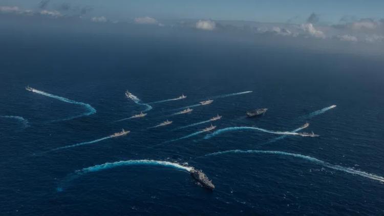 """""""分布式海上作战""""示意图。以航母为中心的海上力量将被更多小型有人与无人载台作战群所取代。(国际海洋安全中心,CIMSEC)"""