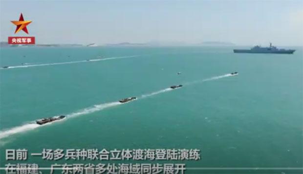 去年夏季解放軍加緊在閩粵兩省外海施行渡海登陸演練。(視頻截圖)