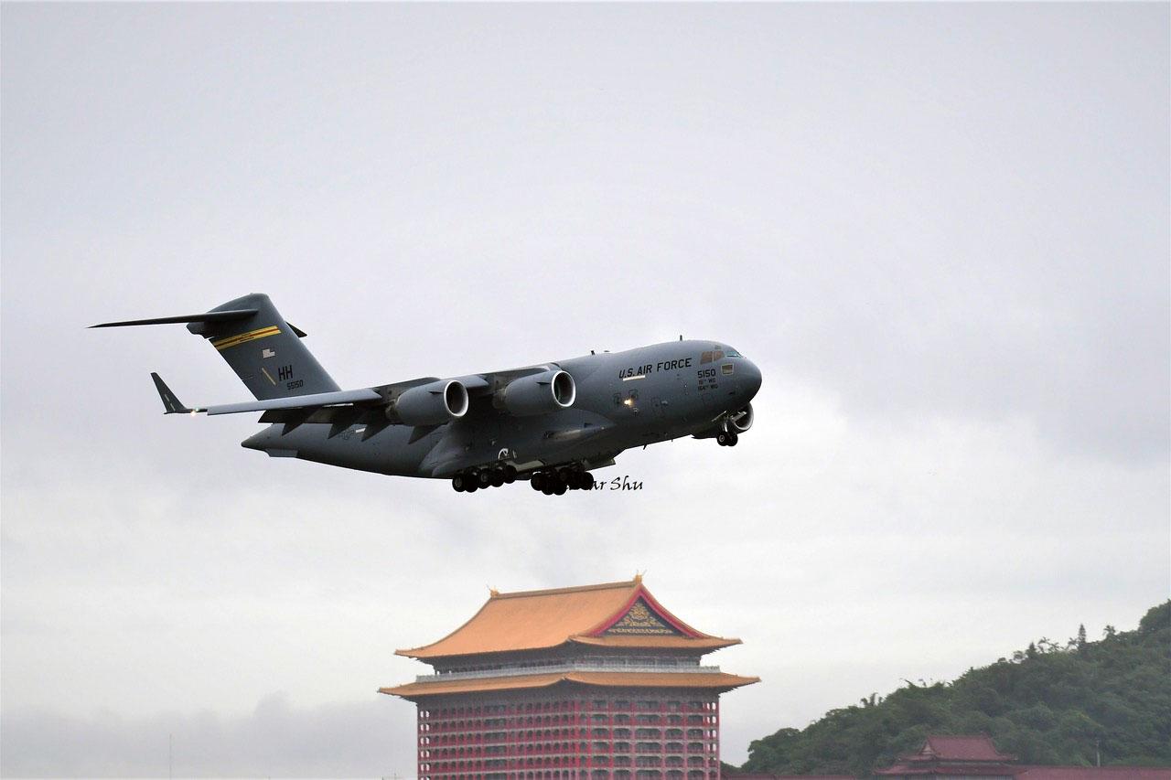 美軍超大型戰略運輸機2021年6月6日首次降落臺灣,背景爲臺灣著名地標、蔣介石時期興建的圓山大飯店。 (舒孝煌拍攝、提供)