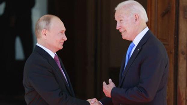 美俄元首本月16日在日内瓦举行峰会。普京(图左)称,拜登(图右)做出负责和及时的决定把《新削减战略武器条约》延长5年。(AFP)