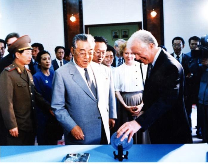 美国前总统卡特(James Carter, Jr./图右)1994年受邀前往平壤,与朝鲜最高领导人金日成(图左)会面,并担任美朝之间的中间人,代为转达朝方提出朝核问题解决方案。(The Carter Center)