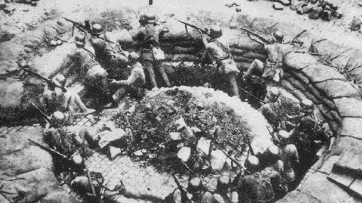 国军抗战超过10万人以上会战22次。图为淞沪会战1个轻机枪阵地。(维基百科)