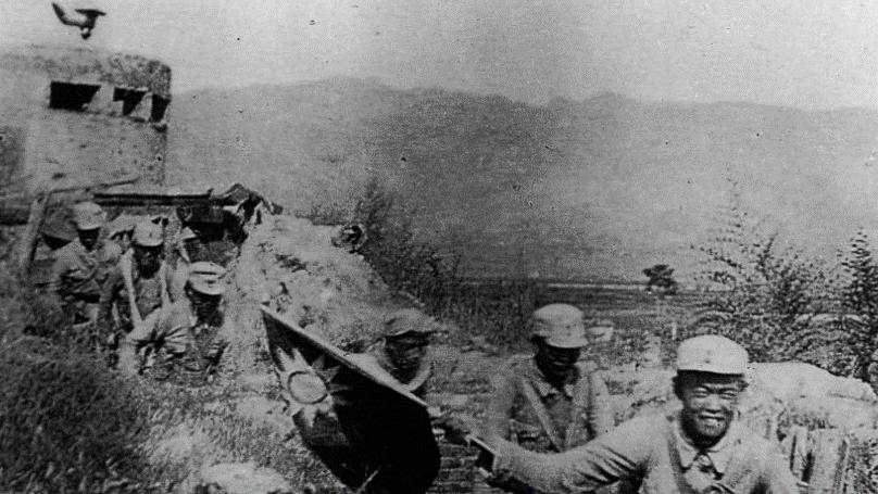 八路军发动破袭百团大战。图为攻占娘子关手挥国旗。(维基百科)