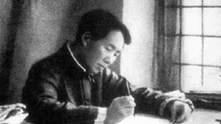 1938年毛泽东在延安书写《论持久战》,指示在敌后放手发动群众,扩大武装力量。(维基百科)
