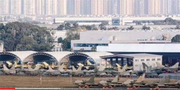中國近年大量製造新型戰機。圖爲2020年成飛集團7架殲-20和28架殲-10C同時交付部隊。但質量監督檢測如何?