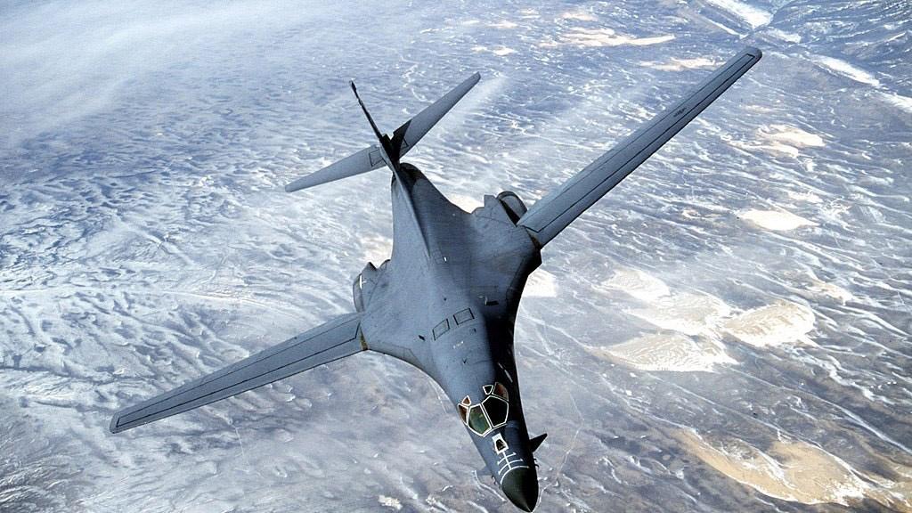 美军的强项,是在防区外的远程精准战力。图为B-1B超音速隐身战略轰炸机。(维基百科)