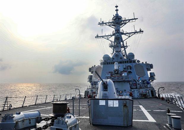 美国政府关切台海稳定。图为美国导弹驱逐舰班福特号(USS Benfold )7月通过台湾海峡。(US Navy)