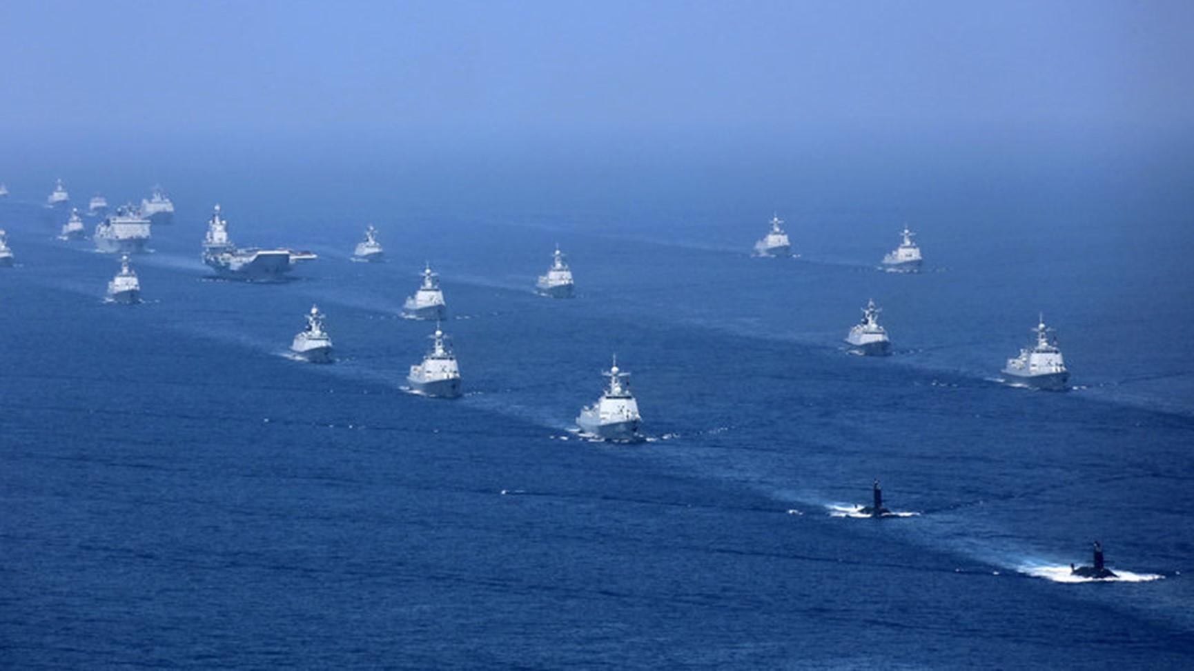 目前中国海军的数量规模全球第一。图为辽宁舰航母编队在南海操演。(AP)