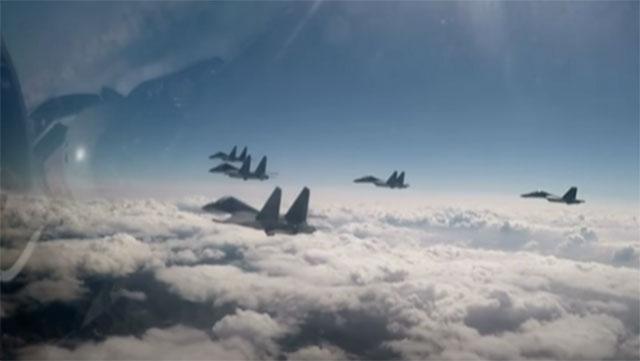 9月期间共机频繁越界侵入台湾防空识别区。图为歼-16战机首度出现扰台。(视频截图)