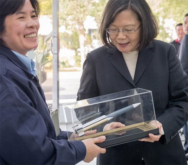 台湾中科院研发并完成测评的云锋中程导弹。图为中科院呈献云峰导弹模型给蔡英文总统。(台湾总统府)