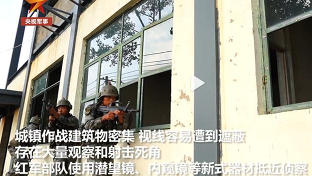 东部战区第73集团军某合成旅举行城镇战攻防演练。图为3名突击队员经过窗户没有蹲下身前进,显示经验不足。(视频截图)