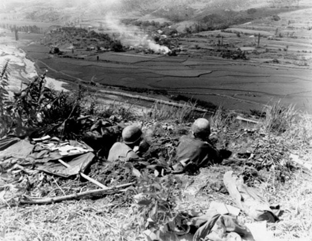 朝鲜战争一开打,韩军被逼到釜山周边至洛东江一带危在旦夕。图为美军在釜山边界阵地等待朝军来袭。(维基百科)