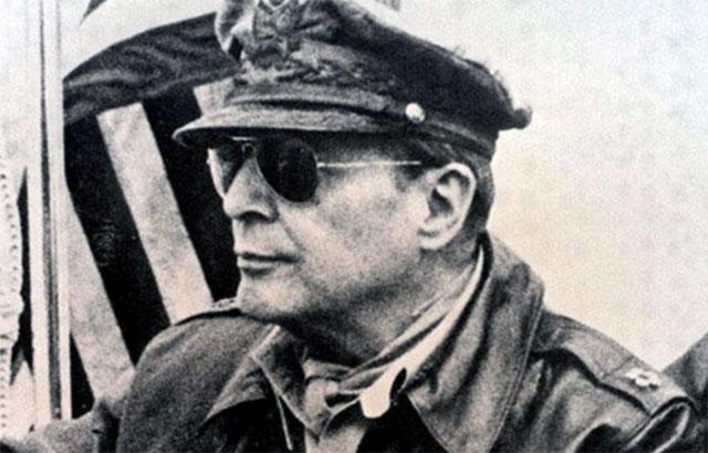 麦克阿瑟误判中国不会参战。图为驻日盟军总司令麦克阿瑟(Douglas MacArthur)。(History)