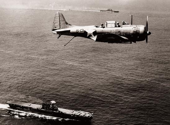 图片上方是航母杀手美国海军舰载俯冲轰炸机(SBD),在中途岛海战发挥关键作用。(Whatsnew2day)