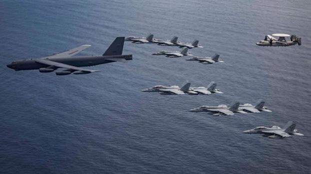 美国双航母打击群今年7月在南海举行军演。拜登若入主白宫,会改变在南海策略吗?图为尼米兹号航母舰载机与B-52轰炸机在南海进行联合行动。(U.S. Navy)