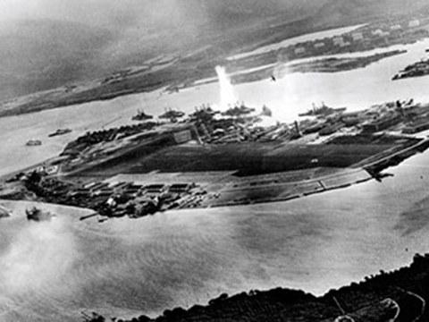 1941年12月7日日本偷袭珍珠港,犯下致命的战略错误。图为日机飞行员拍摄鱼雷攻击美国军舰的一刻。(维基百科)