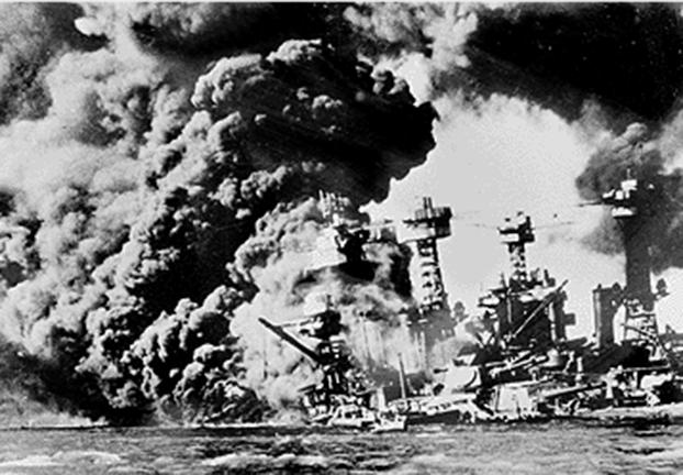 日本偷袭珍珠港,重创美国太平洋舰队。图为西维吉尼亚号战舰被击沉前的画面。(The Honolulu Advertiser)