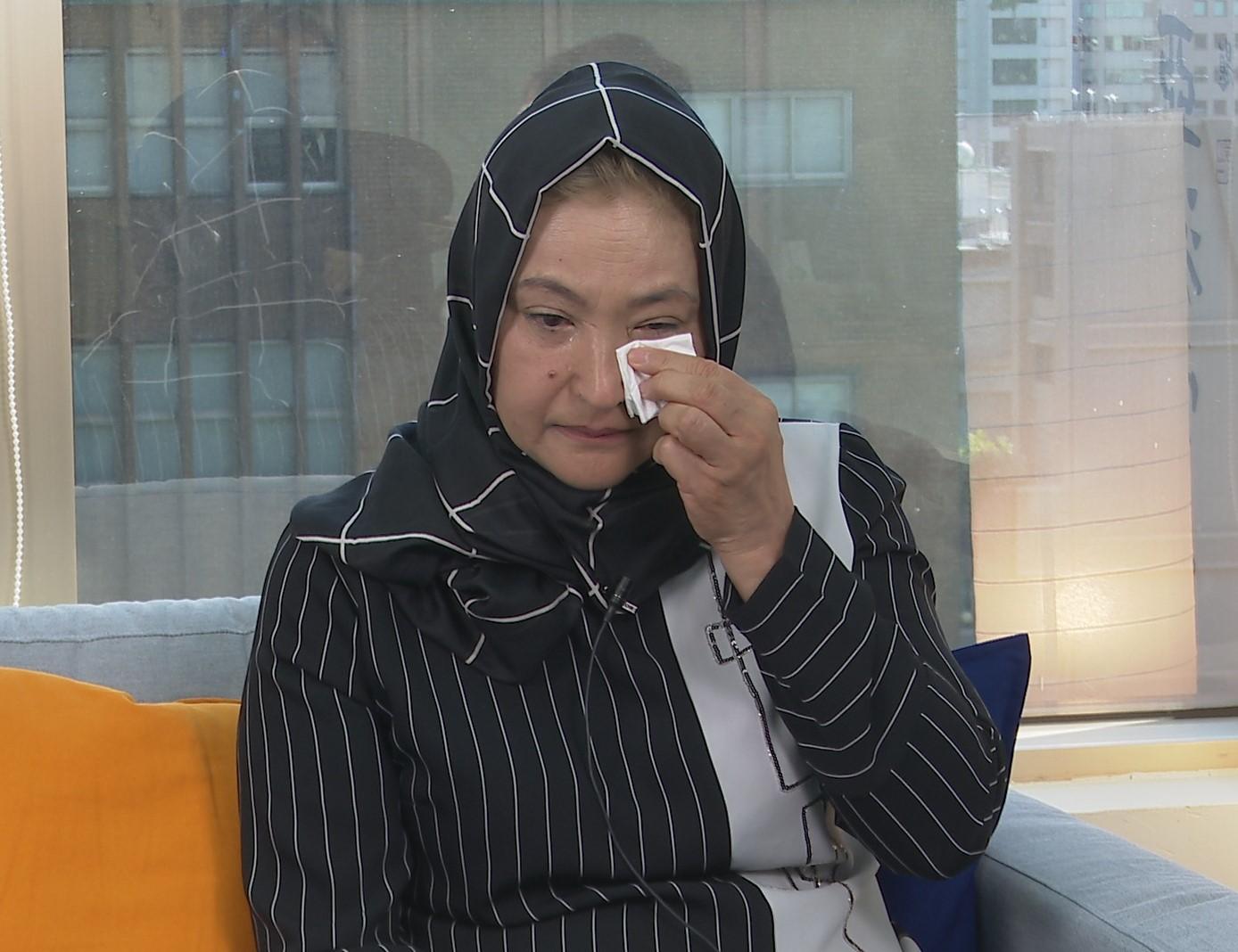 维吾尔族女性古力巴哈想起再教育营的不堪回忆,泪流满面。(李宗翰摄影)