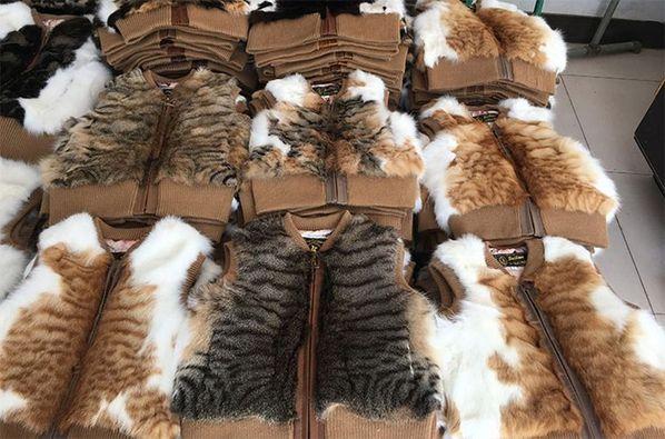 一件件兒童貓皮馬甲堆疊地面,像是貓咪被打趴壓扁。(翻攝自Anti-Fur Society臉書)