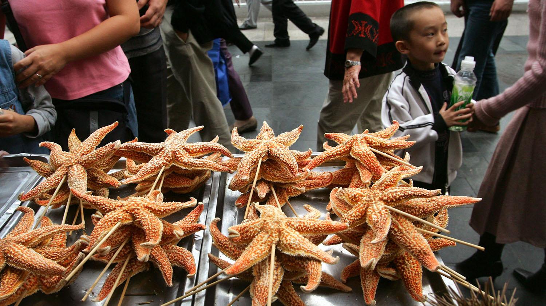 中国北京、青岛等地可见摊商贩卖海星串。(路透社)