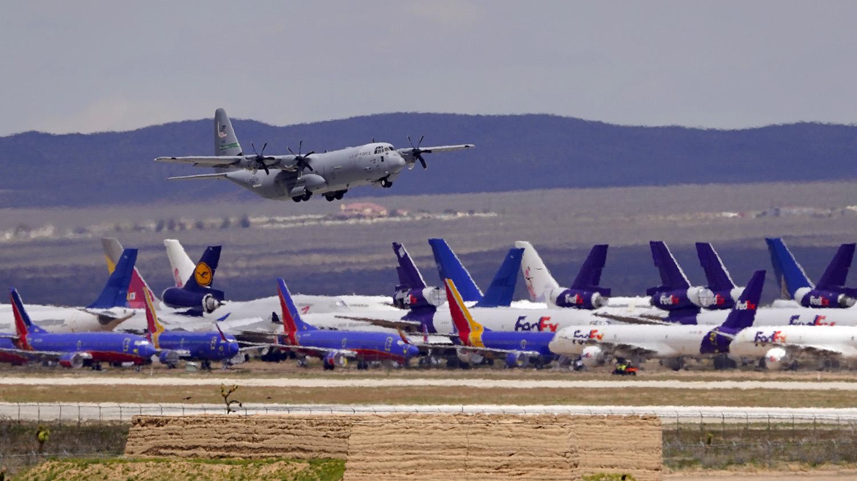 根据过往研究调查,飞机上可由空气传染SARS病毒。(美联社)