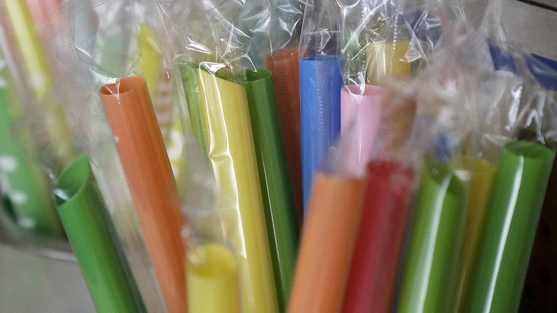 中国禁用不可降解的一次性吸管,商家改用可降解的塑料吸管。(美联社)