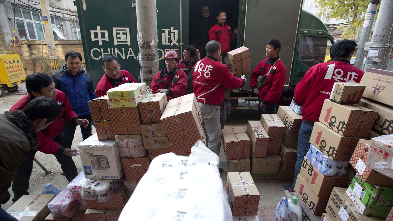 中国快递行业蓬勃发展,商家标榜可降解的绿色包装,堆肥设施却存在大缺口。(美联社)