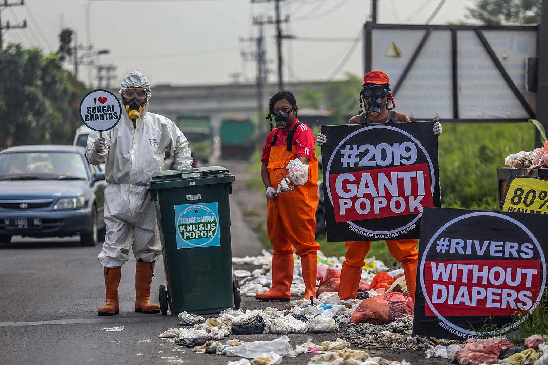 印尼环保组织ECOTON打捞河里的纸尿布,塑化剂严重污染环境生态。(ECOTON提供)