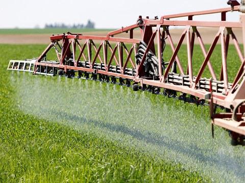 农民过度施肥,大量氮肥残留土壤,衍生环境污染问题。
