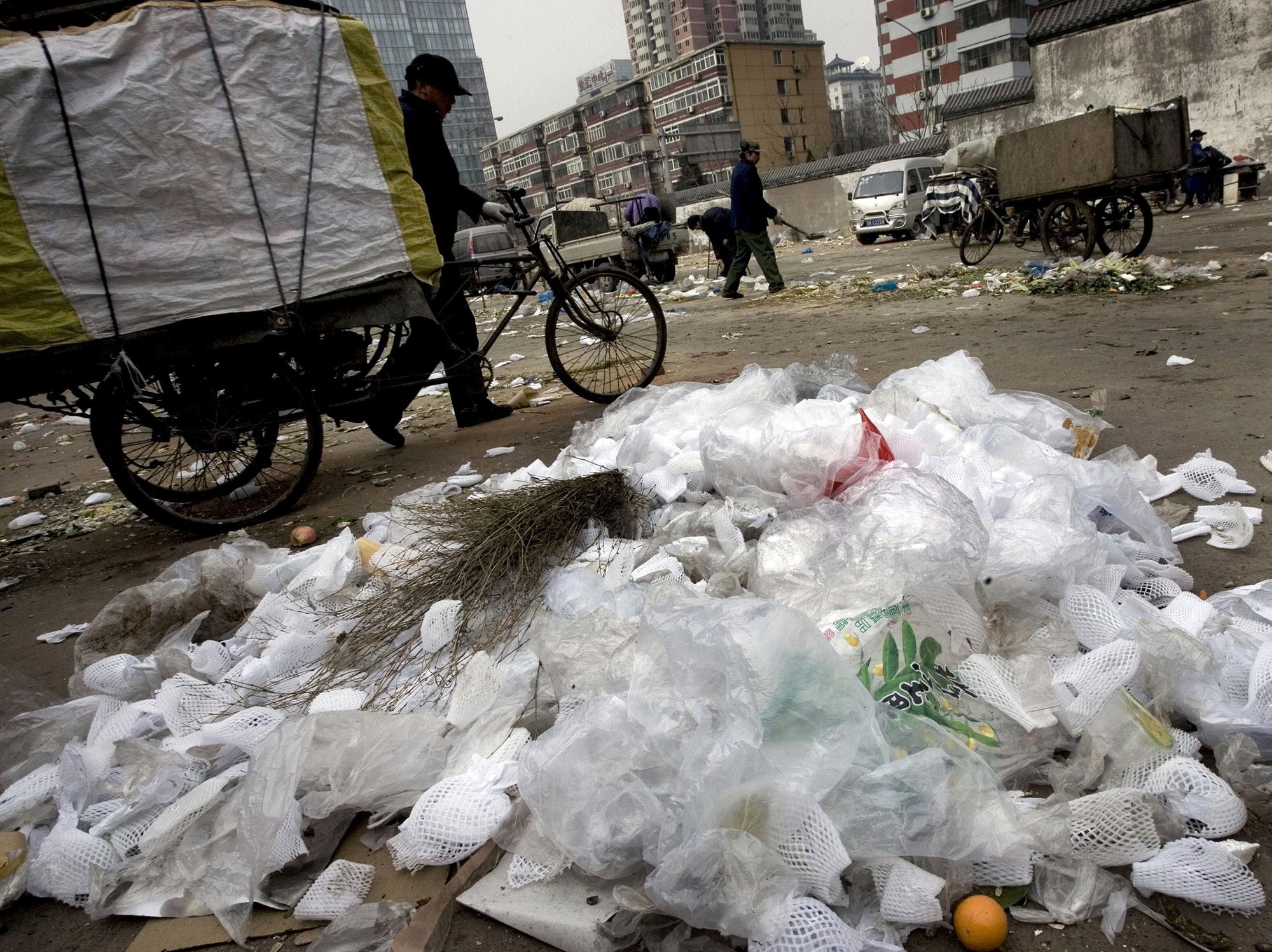 中国的限塑令成效不彰,民众普遍使用塑料袋。(美联社)