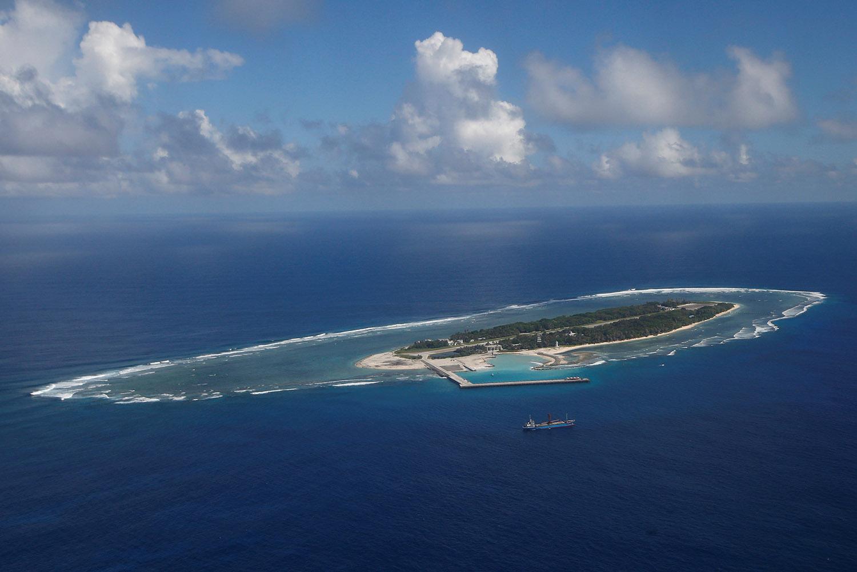 南沙群岛拥有200多个岛礁,中国在太平岛附近暗礁填海造陆,海龟大举逃难迁徙至太平岛。(路透社)