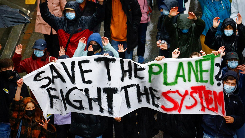 5月21日瑞士各城市发起气候游行,民众冒雨走上街头,这一天欧泓奕也在雨中进行绝食抗议。(路透社)