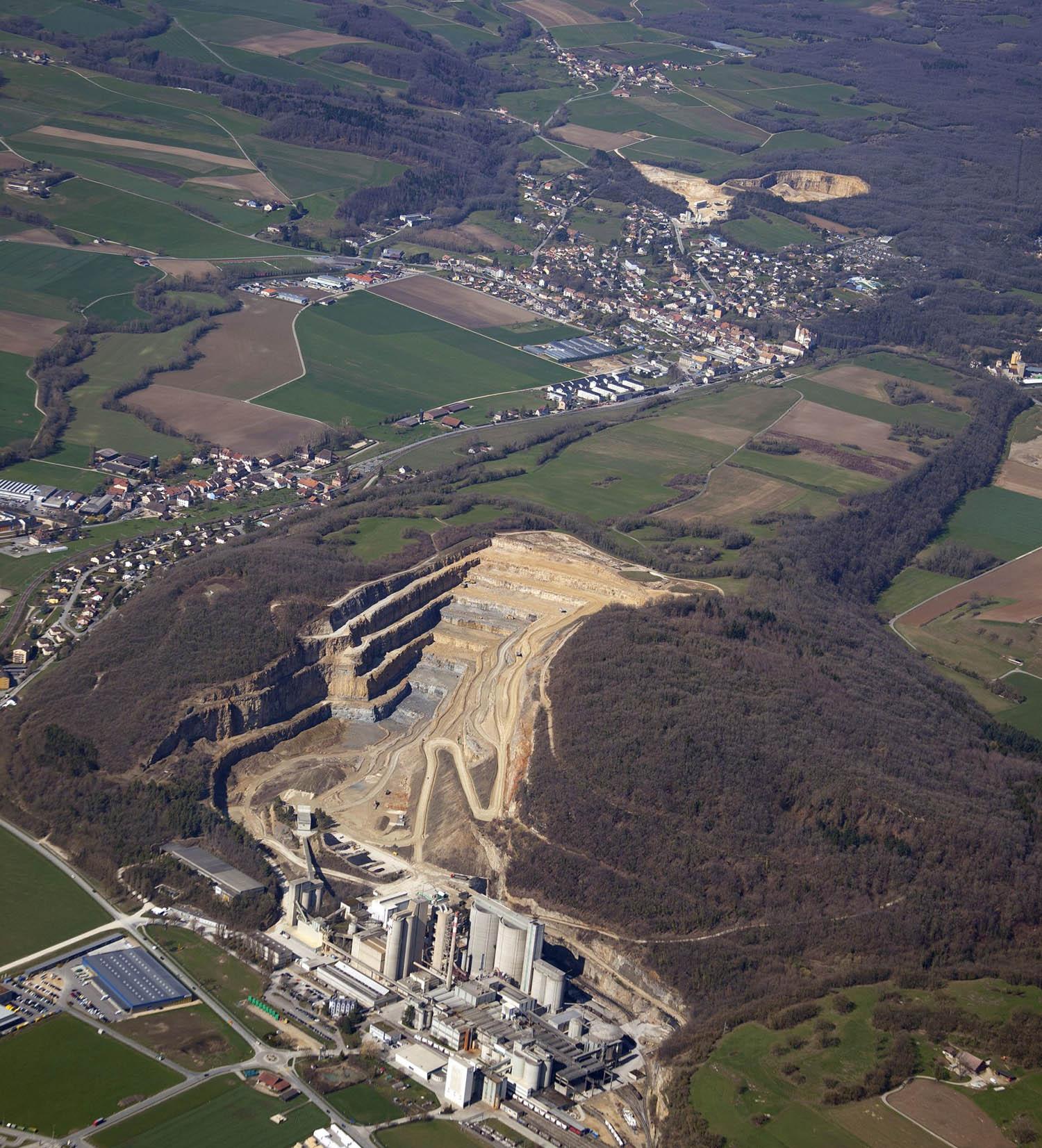 跨国水泥公司在瑞士莫蒙山丘大肆开采水泥,当地也掀起环境保护运动浪潮。(photo by AndréLocher)