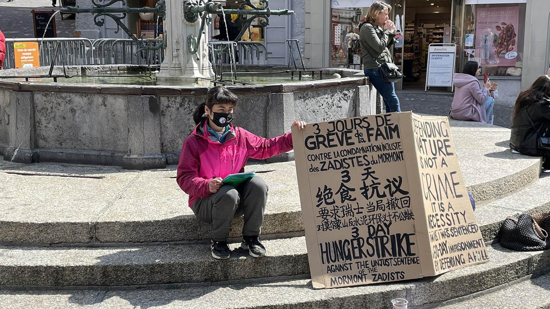 欧泓奕在洛桑老城区广场展开一波波绝食行动,同时在当地学习组织气候运动。(翻摄自网络)
