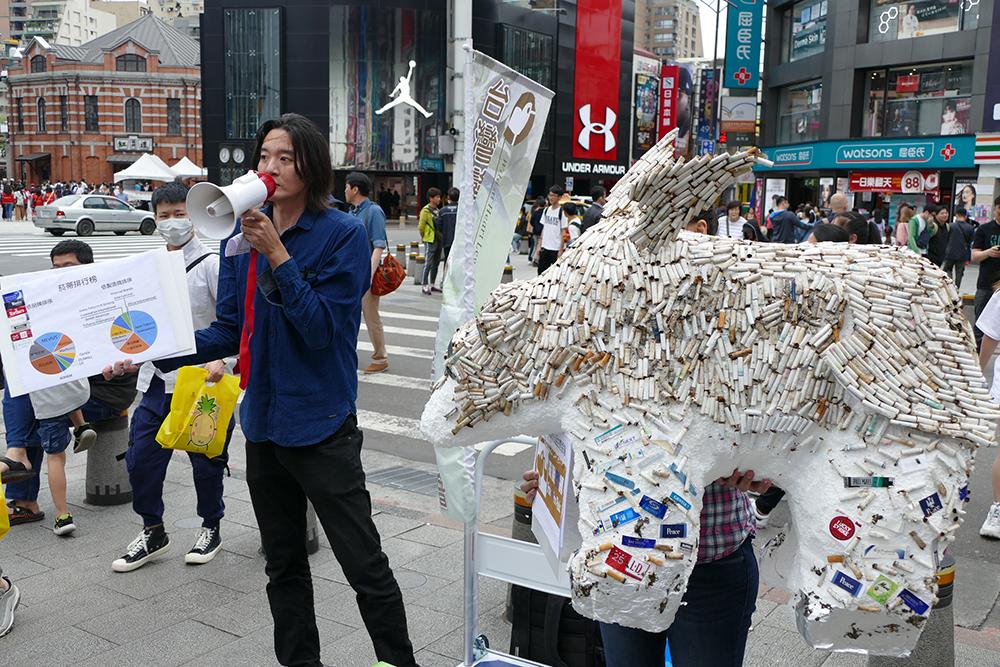 """台湾蛮野心足生态协会打造""""烟屁股北极熊"""",走上街头,让民众认识香烟滤嘴的真面目。(台湾蛮野心足生态协会提供)"""
