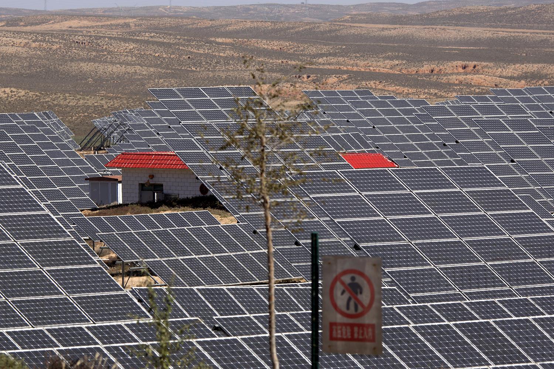 中国是光伏发电大国,西北和华北荒地架设大面积光电板。(美联社)