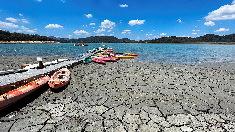 今年臺灣西部面臨大旱,5月初夏日月潭一度浮現龜裂湖景。(路透社)