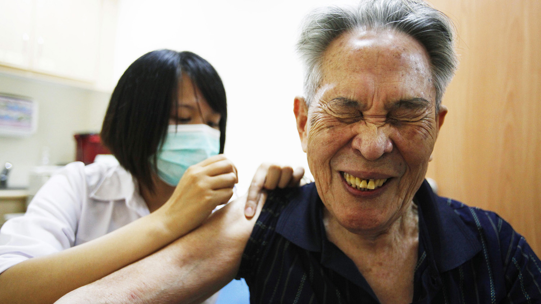 高齡且有共病的患者是新冠肺炎重症的高風險族羣。(路透社)