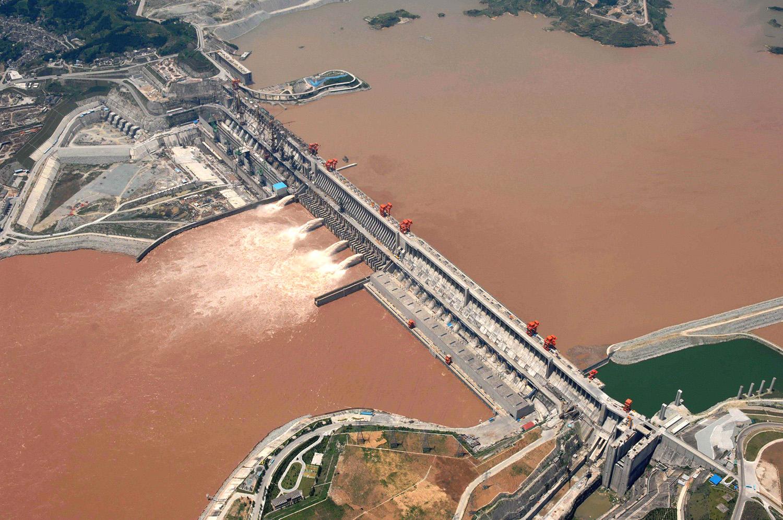"""长江三峡大坝修建期间,施工枯水期,东海沿岸的""""蓝眼泪""""明显减少。(美联社)"""