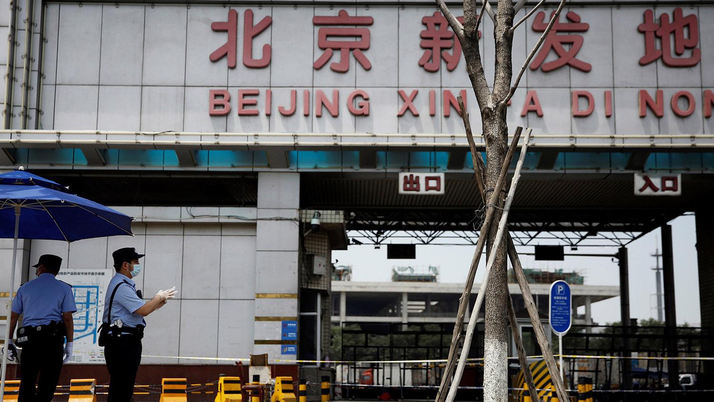 北京新发地市场爆发大规模感染新冠肺炎,三文鱼一度背上黑锅。(路透社)