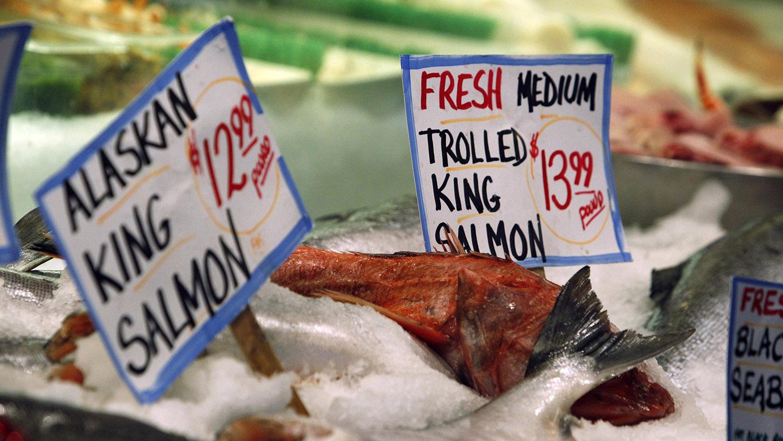 """国际海鲜市场为防止""""海鲜诈骗"""",要求清楚标示鱼种。(美联社)"""