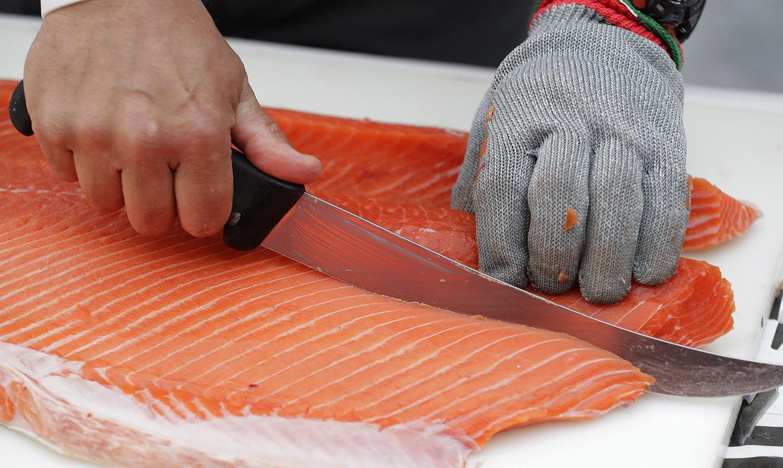 三文鱼生鱼片需经深度冷冻处理,才能杀死海兽胃线虫。(美联社)