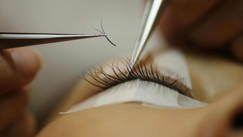 山东是中国最大的假睫毛生产地,一根根睫毛背后暗藏皮草动物的泪水。(路透社)