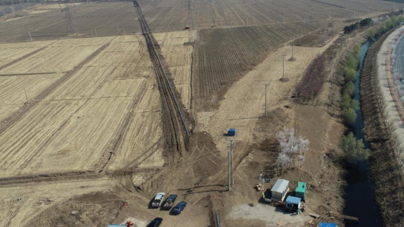 铁岭市的污水处理厂赶建临时管线,生活污水长期直排、污染河川。(翻摄自网络)